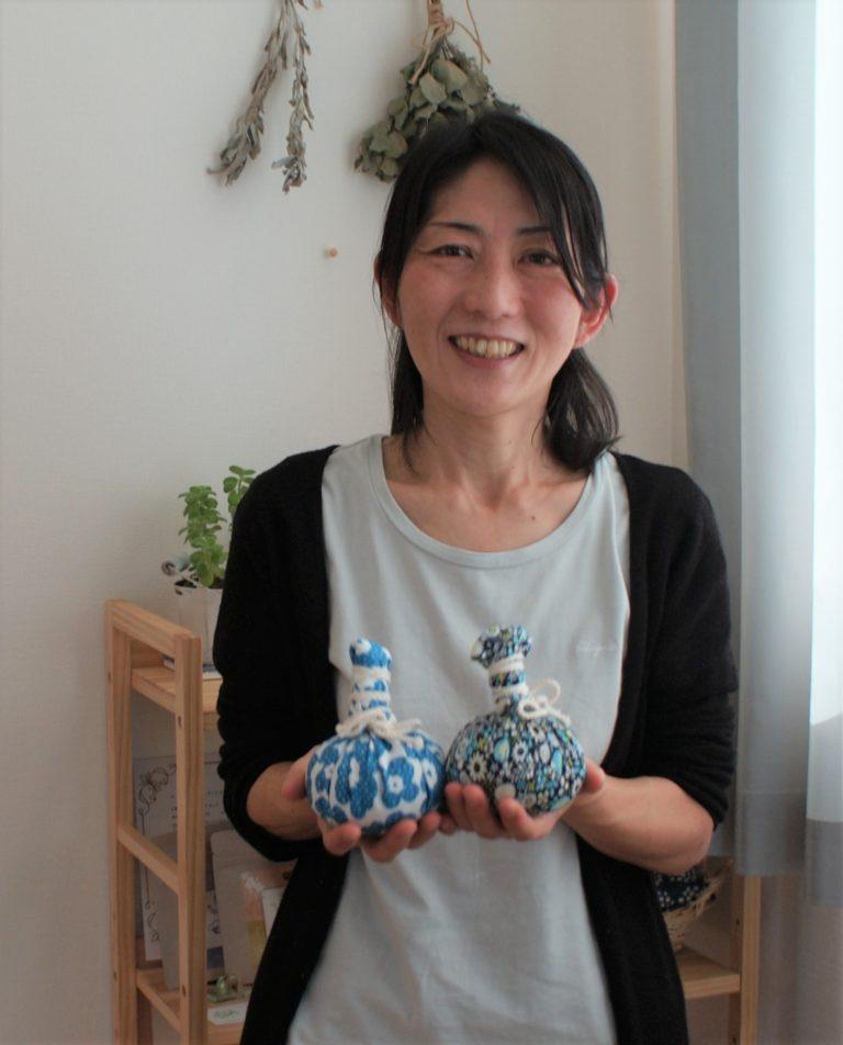 和草ハーブボールを手にする清水さん