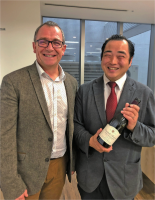 吉澤さん(右)とワインの生産者