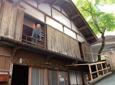 改修中のゲストハウス2階から顔を覗かせる西田さん