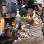 お焚きあげ、例年超す量 どんど焼き中止の影響で 阿伎留神社